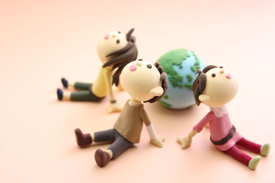 フリー写真 地球と天を見上げる三体の人形
