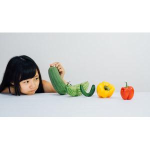 フリー写真, 人物, 少女, アジアの少女, 中国人, 食べ物(食料), 野菜, パプリカ, キュウリ