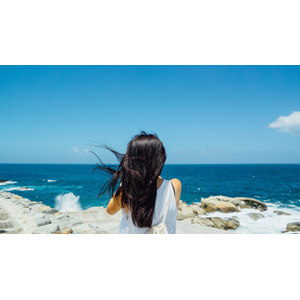 フリー写真, 人物, 少女, アジアの少女, 後ろ姿, 人と風景, 眺める, 海, 青空, 海岸