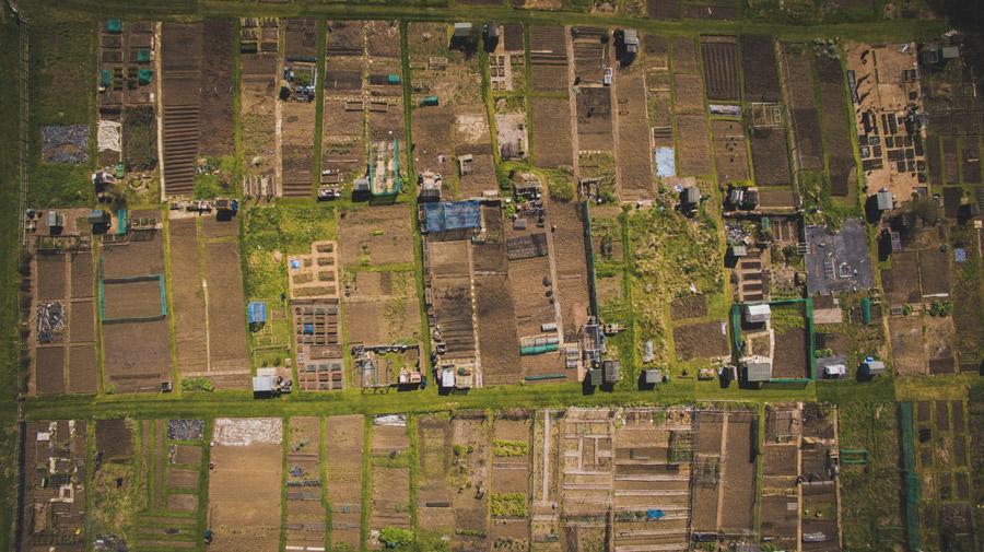 フリー写真 上空から見るイギリスの畑の風景