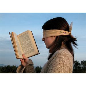 フリー写真, 人物, 少女, 外国の少女, スペイン人, 読む(読書), 本(書籍), 勉強(学習), 横顔, 目隠し