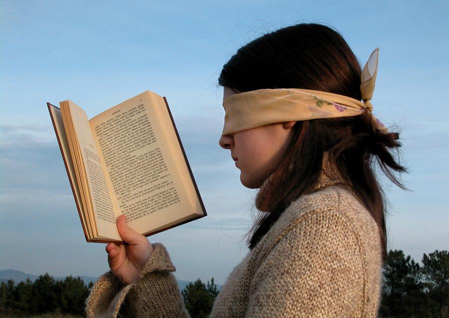 フリー写真 目隠しをして本を読む少女