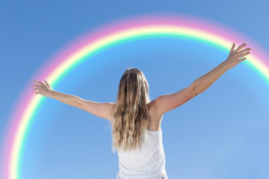 フリー写真 虹と手を広げて歓喜する女性