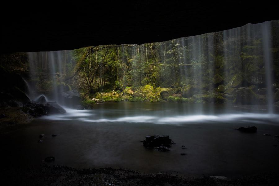 フリー写真 熊本県の鍋ヶ滝の裏見の滝