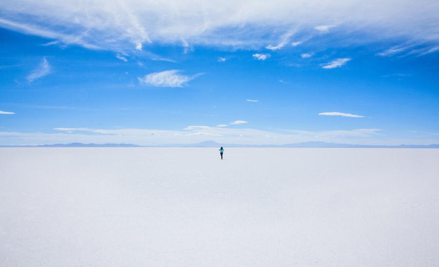フリー写真 ウユニ塩湖を走る人物
