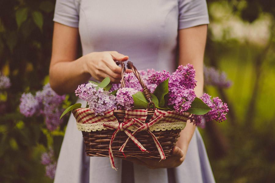フリー写真 花の入ったバスケットを持つ女性