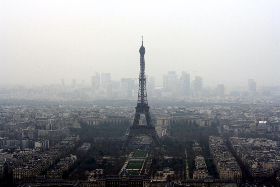フリー写真 エッフェル塔と霧のかかるパリの街並み