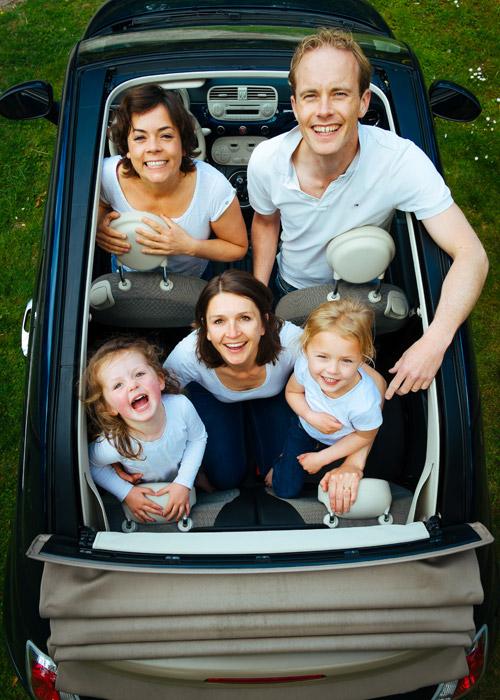 フリー写真 家族が乗り込むファミリーカー