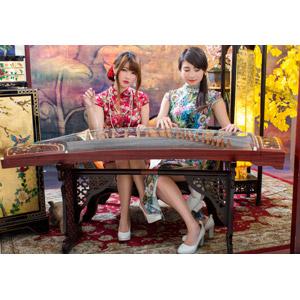 フリー写真, 人物, 女性, アジア人女性, 佳歆(00199), 欣欣(00001), 中国人, チャイナドレス, 二人, 琴(こと), 座る(椅子)