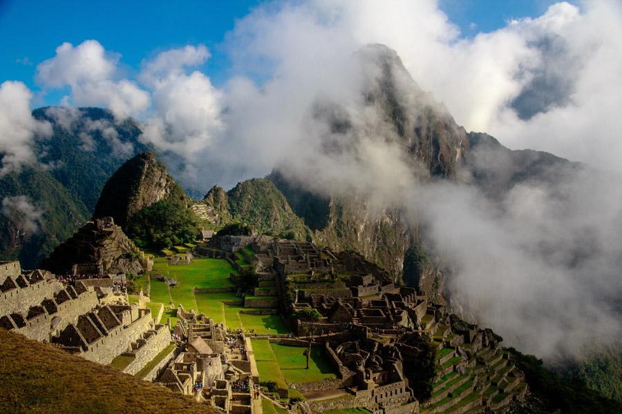 フリー写真 雲のかかるマチュピチュ遺跡の風景