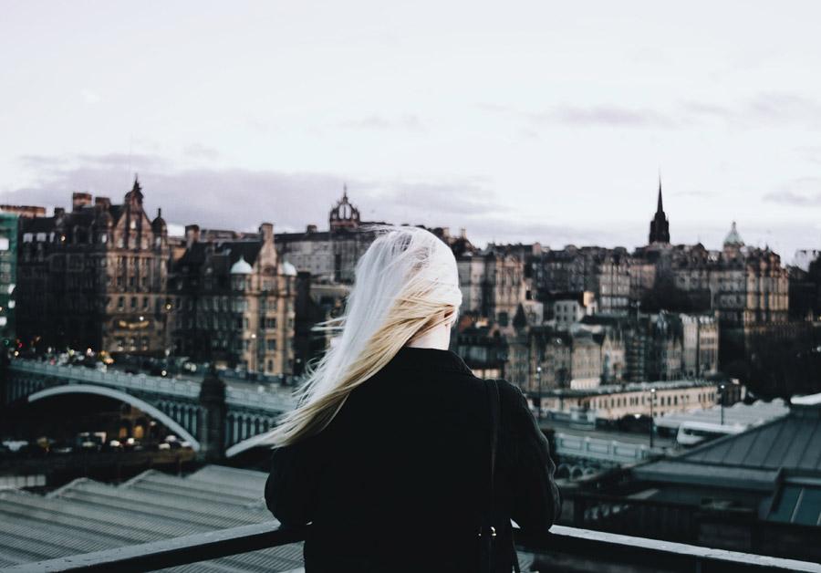 フリー写真 エディンバラの街を眺める女性の後ろ姿