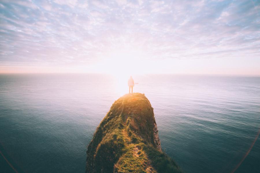 フリー写真 海と断崖に立つ人物