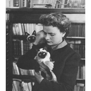 フリー写真, 人物, 女性, 外国人女性, イタリア人, 小説家, 人と動物, 動物, 哺乳類, 猫(ネコ), シャム猫, モノクロ