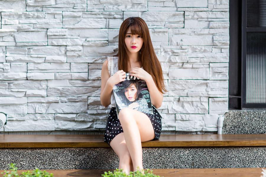 フリー写真 ファッション雑誌を抱えている女性