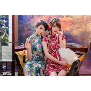 フリー写真, 人物, 女性, アジア人女性, 佳歆(00199), 欣欣(00001), 中国人, チャイナドレス, 二人, 座る(椅子), 煙管(キセル), 扇子