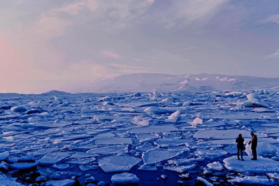 フリー写真 ヨークルスアゥルロゥンの流氷とカップル