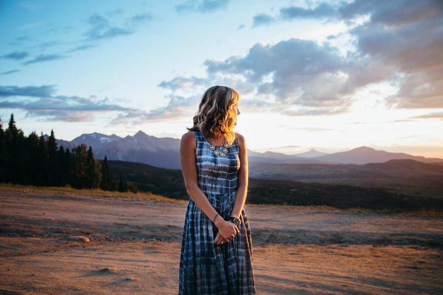 フリー写真 振り返って夕陽を見ている外国人女性