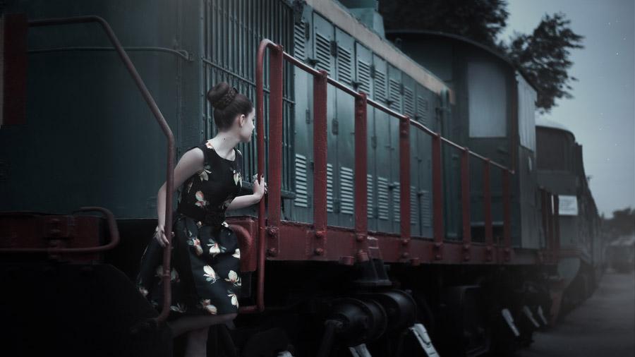 フリー写真 列車の背後を見る外国人女性