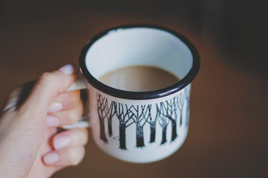 フリー写真 一杯のコーヒーを持つ女性の手