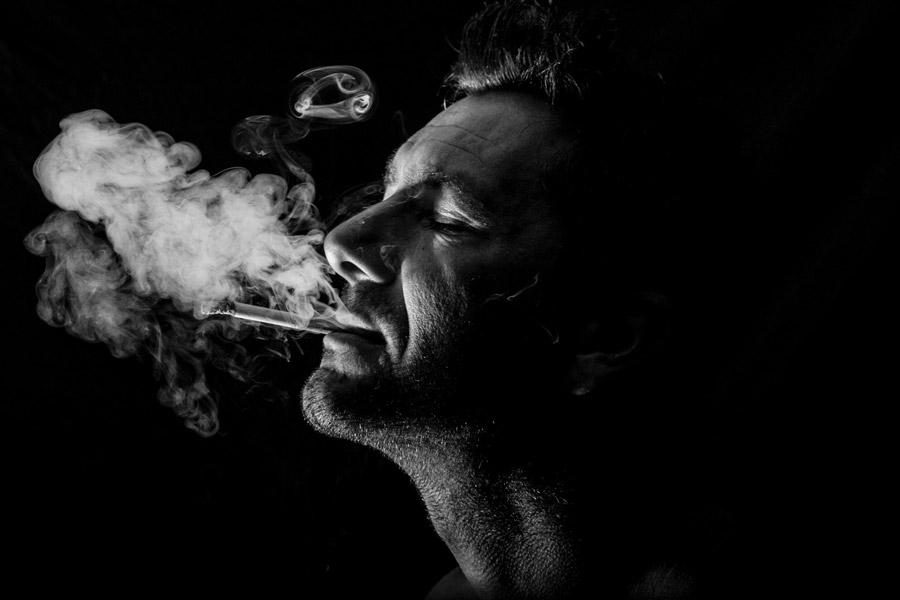 フリー写真 タバコを一服する外国人男性