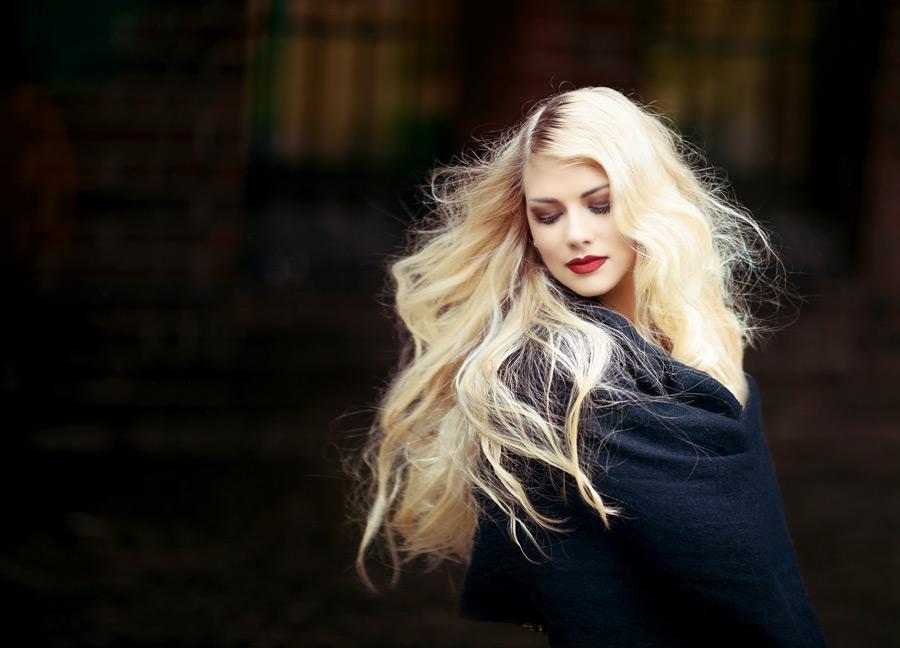 フリー写真 金髪の外国人女性のポートレイト