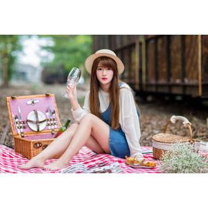 フリー写真, 人物, 女性, アジア人女性, 欣欣(00001), 中国人, ピクニック, 麦わら帽子, 飲み物(飲料), お酒, ワイン, 白ワイン, ワイングラス