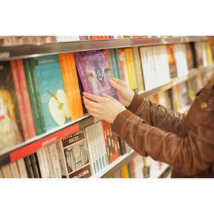 フリー写真, 人体, 手, 女性(00203), 本屋, 本(書籍), 本棚
