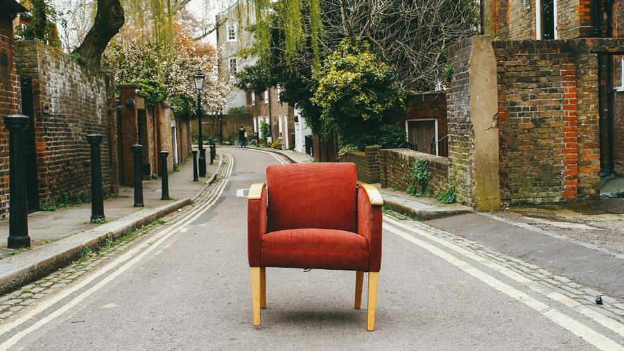 フリー写真 通りに置かれた肘掛け椅子