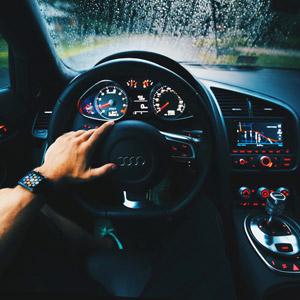 フリー写真, 乗り物, 自動車, 運転席, ハンドル, 人体, 手, アップル・ウォッチ, アウディ, 車内, アップル(Apple)