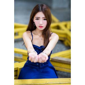フリー写真, 人物, 女性, アジア人女性, Dora(00078), 中国人, 差し出す, 要求(催促), ちょうだい