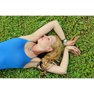 フリー写真, 人物, 女性, 外国人女性, ハンガリー人, 目を閉じる, 寝転ぶ, 仰向け