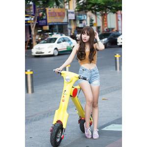 フリー写真, 人物, 女性, アジア人女性, 女性(00205), ベトナム人, 人と乗り物, 乗り物, バイク(オートバイ), スクーター, 電動スクーター, ショートパンツ