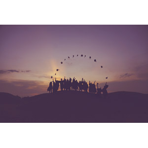 フリー写真, 人と風景, 集団(グループ), シルエット(人物), 卒業式, 帽子投げ(ハットトス), 学生(生徒)
