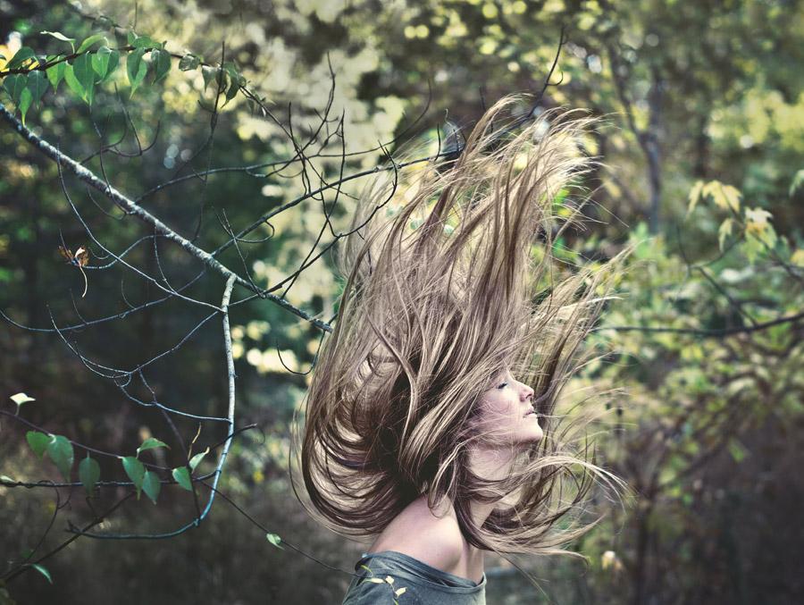 フリー写真 髪の毛が舞っている外国人女性