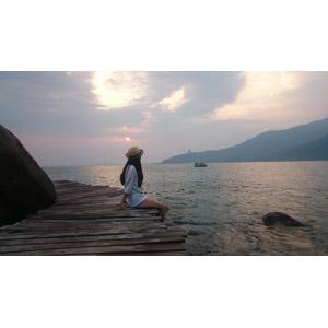 フリー写真, 人物, 女性, 人と風景, 座る(地面), 麦わら帽子, 海, 夕暮れ, ベトナムの風景