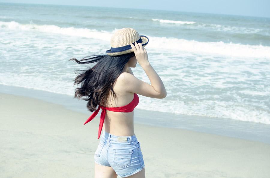 フリー写真 ビーチに立っている水着姿の女性