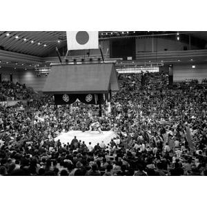 フリー写真, スポーツ, 日本神道, 格闘技, 相撲, お相撲さん(力士), 観客, 人込み(人混み), モノクロ, 日本の風景, 大阪府