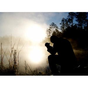 フリー写真, 人物, 男性, 祈る(祈り), お願い, 手を組む, 跪く, 人と風景, シルエット(人物), 湖, 朝, 霧(霞), 朝日, 太陽光(日光)