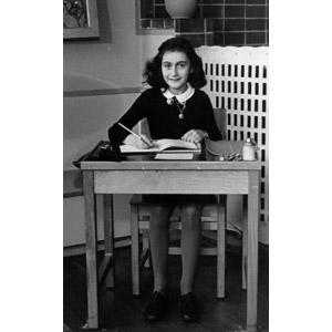 フリー写真, 人物, 子供, 女の子, 外国の女の子, アンネ・フランク, 学校, 勉強机, 勉強(学習), 書く, 座る(椅子), モノクロ