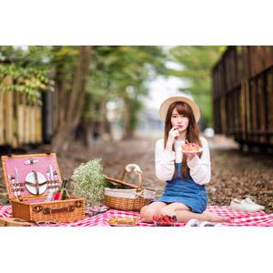 フリー写真, 人物, 女性, アジア人女性, 中国人, 欣欣(00001), ピクニック, 唇に指を当てる, 座る(地面), ケーキ
