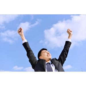 フリー写真, 人物, 男性, アジア人男性, 日本人, 男性(00016), 職業, 仕事, ビジネス, ビジネスマン, サラリーマン, メンズスーツ, 背伸び, 手を上げる, ガッツポーズ, 目を閉じる, 青空
