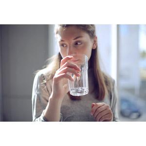 フリー写真, 人物, 女性, 外国人女性, ドイツ人, 飲み物(飲料), 飲料水, コップ