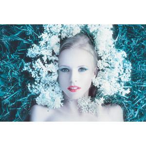 フリー写真, 人物, 女性, 外国人女性, ロシア人, 人と花, 仰向け, 寝転ぶ, 女性(00206)