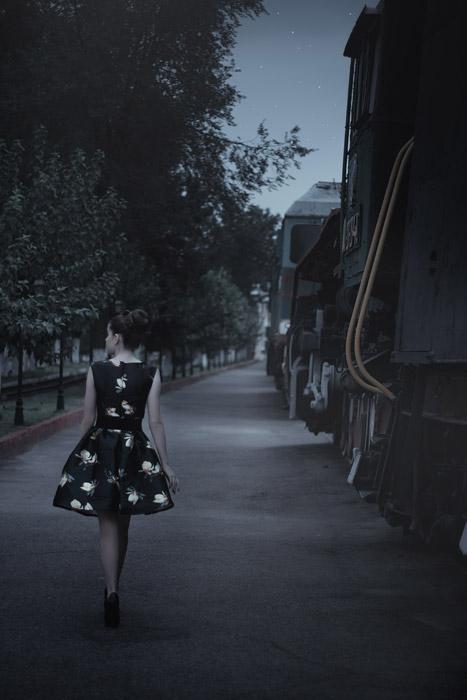 フリー写真 列車の脇を歩く女性の後ろ姿
