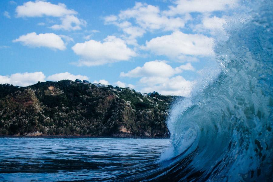フリー写真 青空と崖と波立つ海の風景