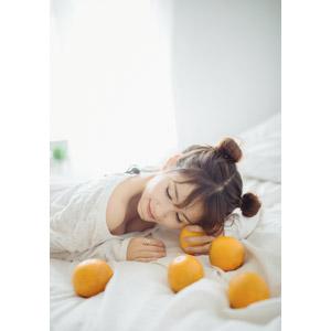 フリー写真, 人物, 女性, アジア人女性, ベトナム人, 食べ物(食料), 果物(フルーツ), オレンジ, 女性(00202), 目を閉じる, 寝転ぶ, うつ伏せ