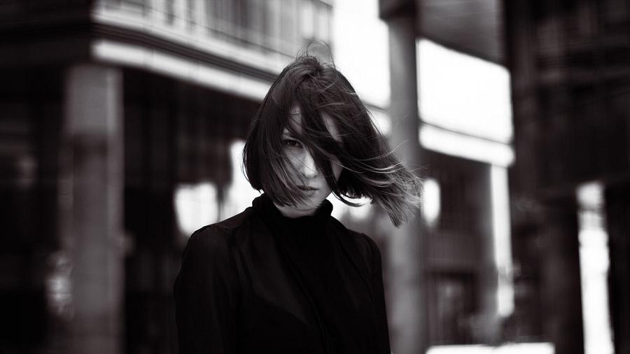 フリー写真 風に髪がなびいている外国人女性