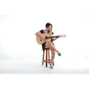 フリー写真, 人物, 女性, 外国人女性, ポルトガル人, 座る(椅子), 足を組む, 白背景, 音楽, 楽器, 弦楽器, ギター, アコースティックギター, 演奏する