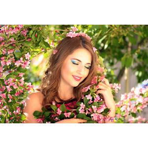フリー写真, 人物, 女性, 外国人女性, ルーマニア人, 女性(00268), 人と花, ピンク色の花, 目を閉じる