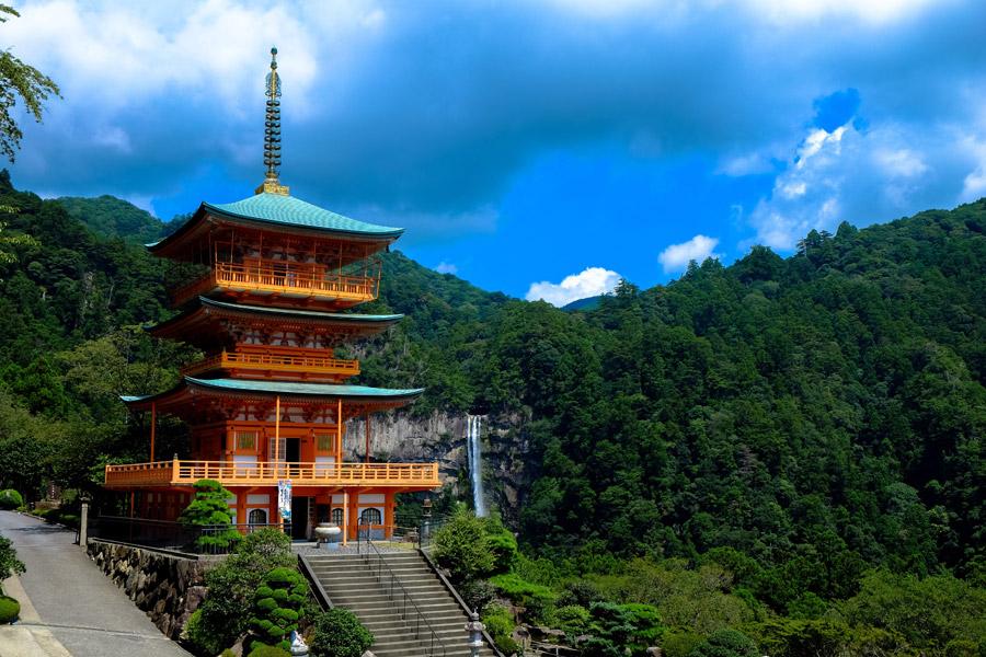 フリー写真 青岸渡寺の三重塔と那智滝の風景